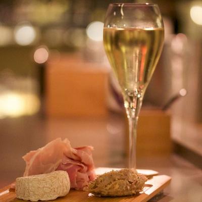 La Dégustation, le nouveau bar à champagne de la rue Lepic