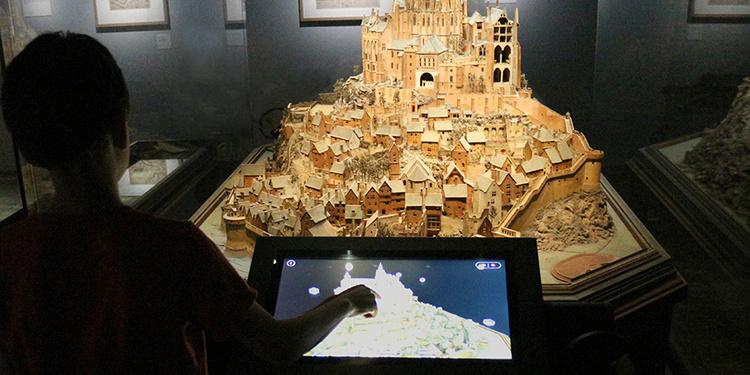 Installation numérique autour du plan-relief du Mont Saint-Michel