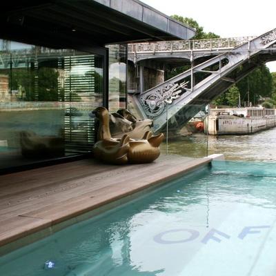 OFF Paris Seine : un bar flottant s'installe dans un hôtel insolite sur la Seine